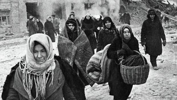 Жители блокадного Ленинграда выходят из бомбоубежища