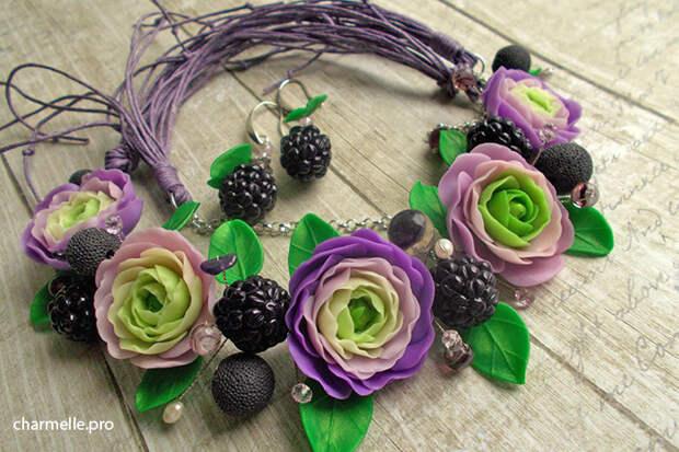 Колье с ягодами и цветами из полимерной глины