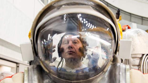 Российский космонавт на МКС получит в подарок тельняшку и флаг ВДВ