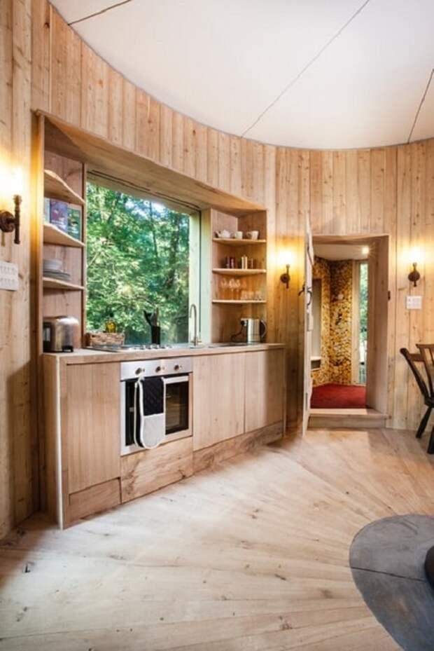 Дом на дереве Woodsman's Treehouse. Кухня.