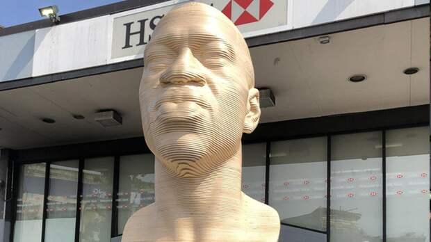 Джорджу Флойду установили памятник из белого камня в Нью-Йорке