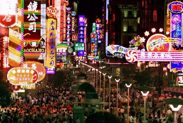 Оживленная улица в центре Шанхая. китай, люди, население