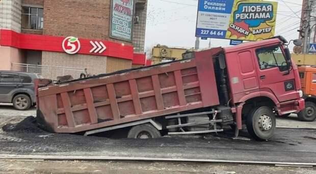 Грузовик с асфальтом провалился в теплотрассу в Новосибирске