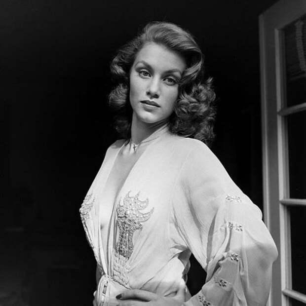 Красивые фото первой девушки Бонда Линды Кристиан в 1945 году