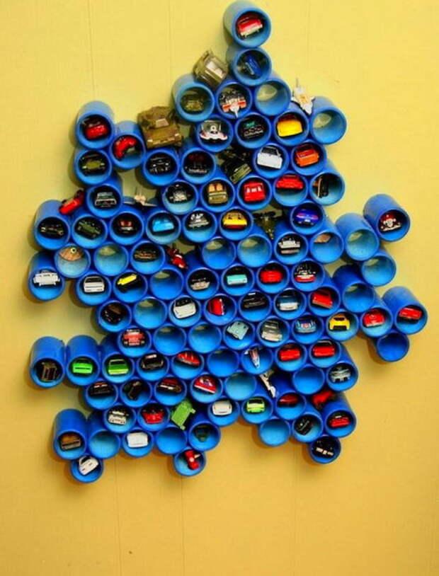 Такая необычная полка из декоративных широких труб – идеальный вариант для хранения мелких игрушек.