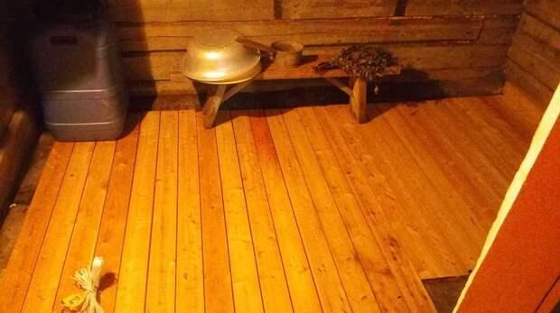 Вначале это было вызвано необходимостью: сгнил пол. Новый пол из лиственницы был готов через два дня. баня, своими руками, сделай сам