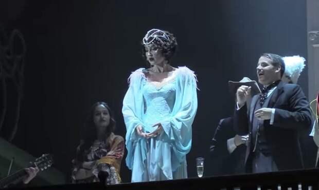 Ольга Бузова вышла на сцену МХАТа в спектакле о Сталине