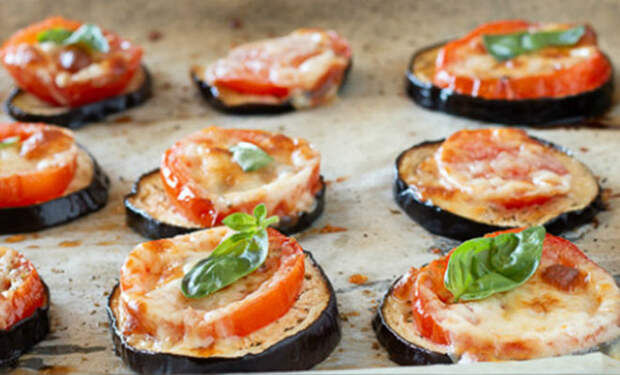 Кладем баклажаны с помидорами на бумагу и ставим в духовку: закуску едят уже неделю и не надоедает