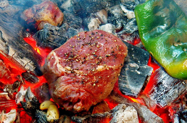 Кладем килограмм мяса прямо в угли: готовим без шампуров, мангала и решетки