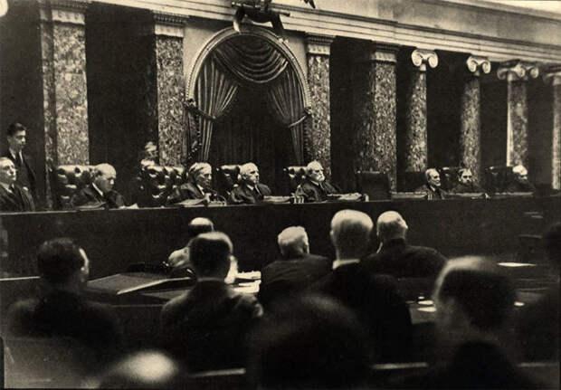 Закрытое судебное слушание в 1932 году.