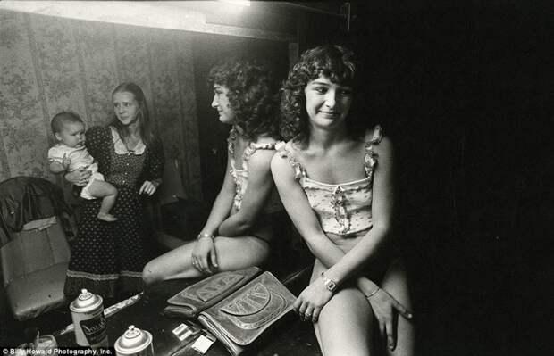 Девушка с предыдущей фотографии, но уже с подругой и малышом 80-е, сша, фотография