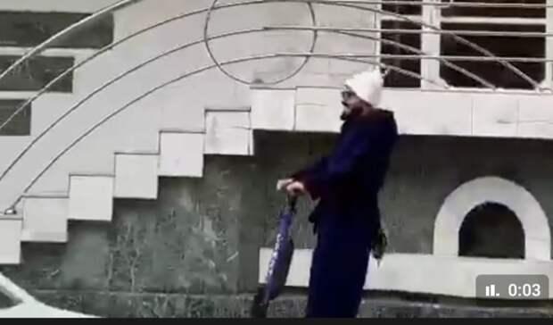 Мужчина вбанном халате ишапочке катался насамокате вцентре Ростова