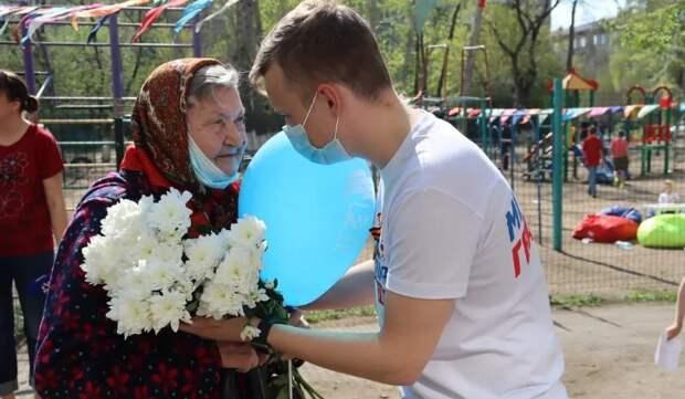 Молодогвардейцы поздравили ветеранов с Днем Победы