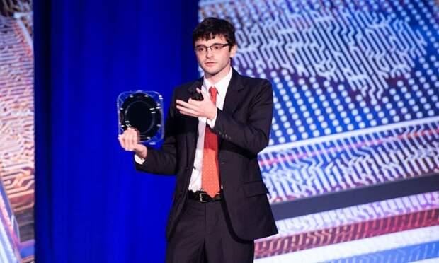 Макс Шулакер с кремниевой пластиной с процессорами на CNT (DARPA)