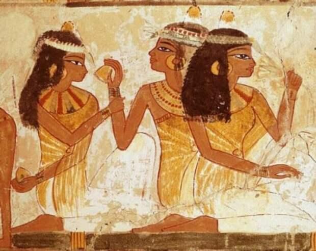 Египтянки и шумерки красили губы в яркие цвета.