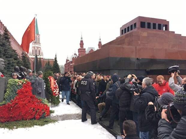В Москве на акции в честь Сталина задержали мужчину, швырнувшего гвоздики в памятник
