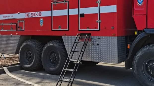 Кровля горящего здания с гаражами обрушилась на улице Вешних Вод в Москве