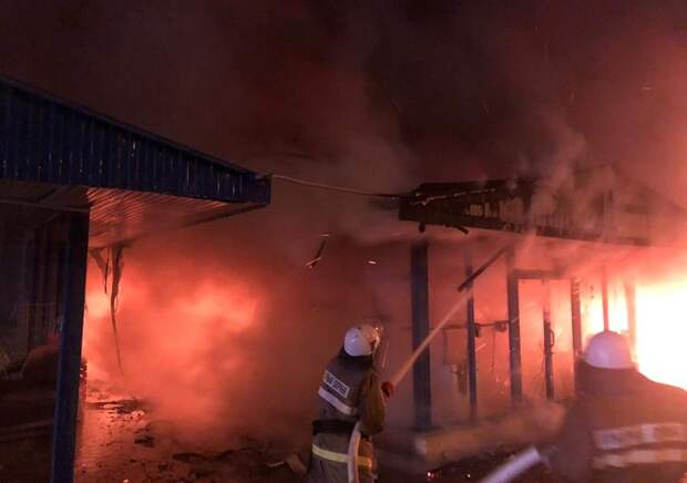 В Сочи потушили крупный пожар на рынке