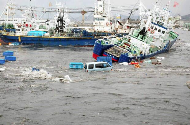 Рыбацкие корабли, машины, мусор — всё перемешалось в порту Онахама в городе Иваки