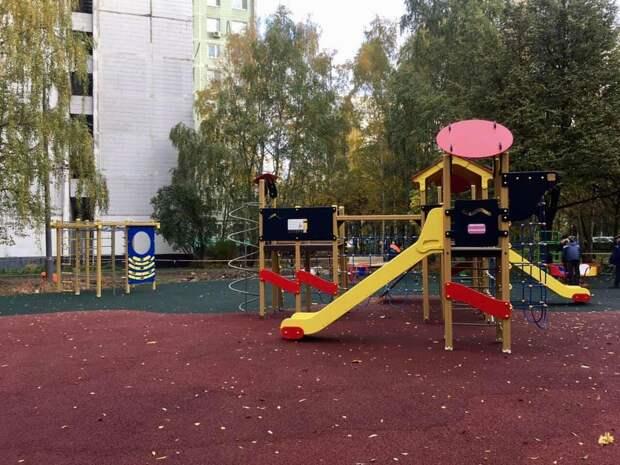 Детскую площадку открыли во дворе дома на Новгородской