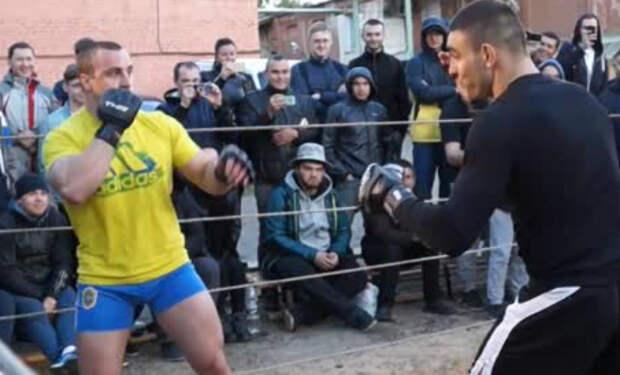 Дальнобойщик из толпы зрителей вышел в ринг к ММА-бойцу