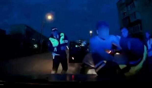 В Евпатории пьяный мужчина напал на инспектора ГИБДД. Видео
