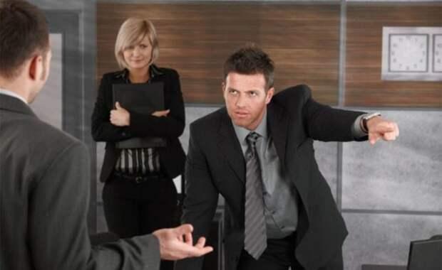 начальник указывает подчиненному рукой на выход