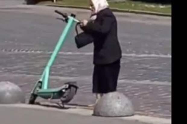 Львовская пенсионерка крушила стоянку электросамокатов