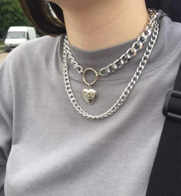 серебряная цепочка с подвеской в форме сердца на девушке