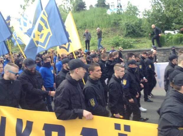 Около 10 тысяч украинских националистов идут маршем к Раде
