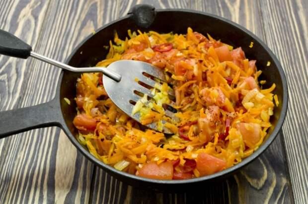 Добавляем нарезанные помидоры, соль и специи
