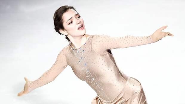 Медведева очаровала подписчиков фотосессией в белом платье