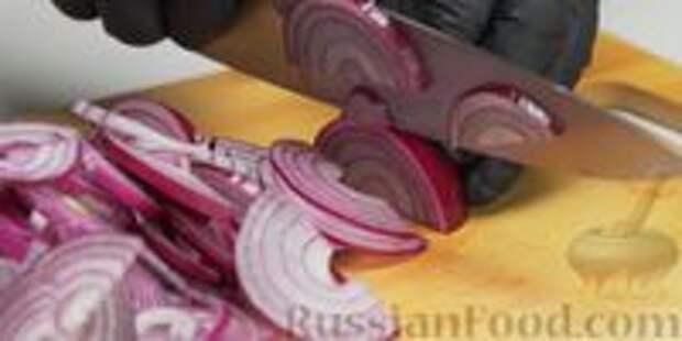 Фото приготовления рецепта: Красный лук в медовом маринаде с пряностями - шаг №1