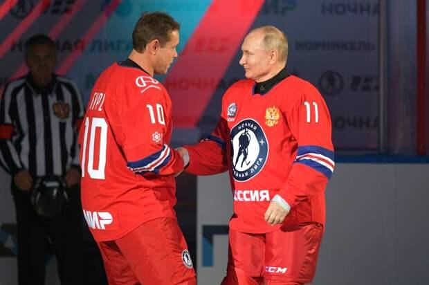Владимир Путин с хоккеистом Павлом Буре перед началом гала-матча Ночной хоккейной лиги, 10 мая 2021 года.jpg