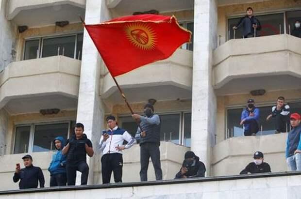 Supporters of Kyrgyzstan's Prime Minister Sadyr Japarov attend a rally in Bishkek, Kyrgyzstan October 15, 2020. REUTERS/Vladimir Pirogov