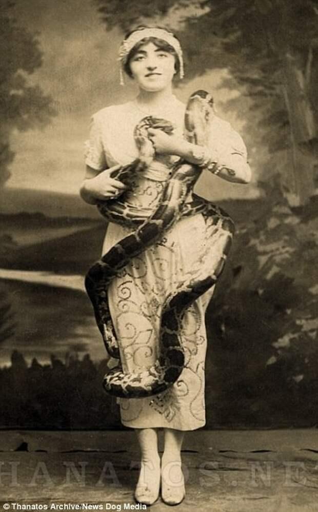 Берта Хиллиер была популярной заклинательницей змей деформация, люди