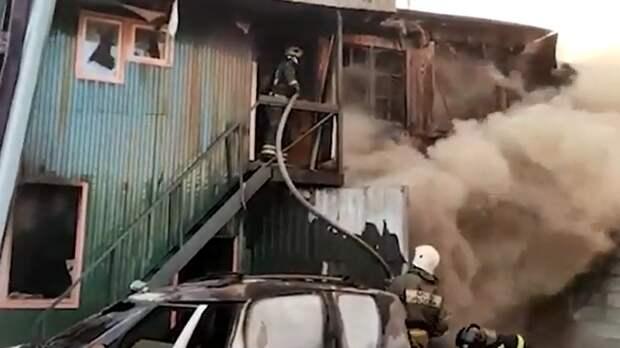 В Мытищах ликвидировали огонь в частном автосервисе