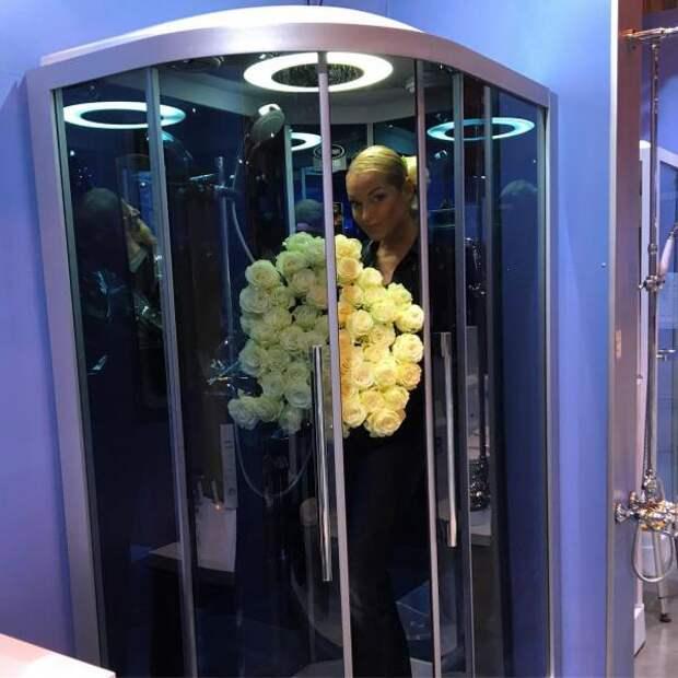 Волочкова перепутала душевую кабину с лифтом - решили в соцсетях