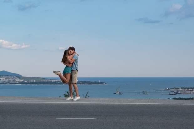 Павел Майков в одиннадцатый раз едет к Чёрному морю в трейлере комедийного сериала «Отпуск»