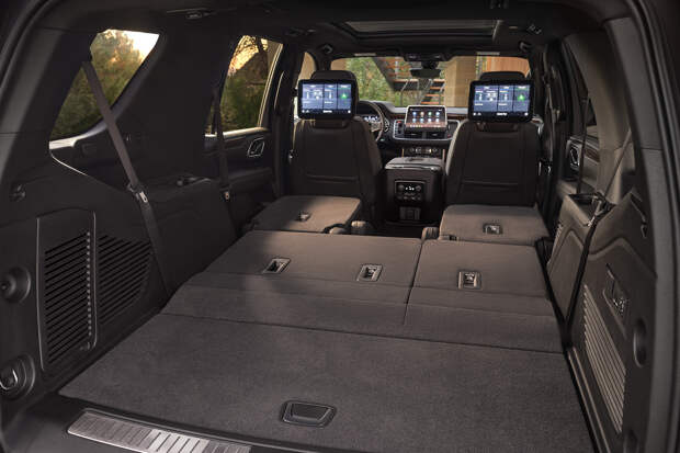 Chevrolet Tahoe 2021. Багажник достигает максимальных размеров при сложенных пассажирских сиденьях