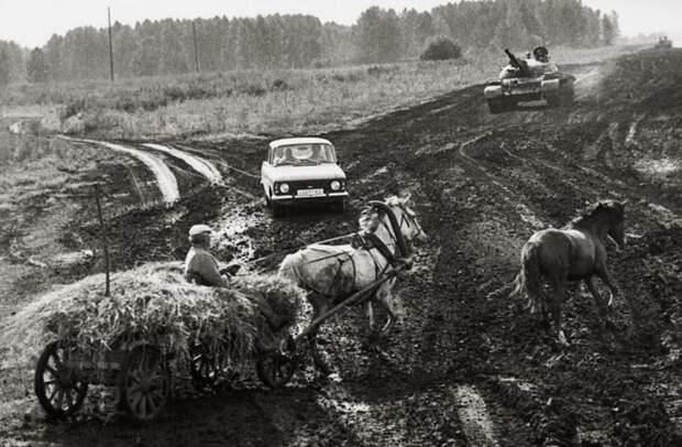 Российские перекрестки в 1991 году. Когда фотография появилась в российских социальных сетях, один из комментаторов заметил: «Не хватает только медведя». 90-е, СССР, фото