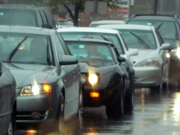 Автомобилистов Москвы предупредили о пробках из-за непогоды и поездок на дачи