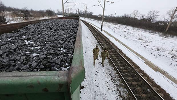 Участники торговой блокады Донбасса рядом с составом, груженым углем