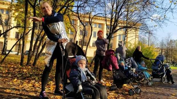 В Заневском парке прошло оздоровительное занятие «Мамин» фитнес