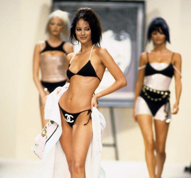 Кристи Тарлингтон, показ Chanel, 1995