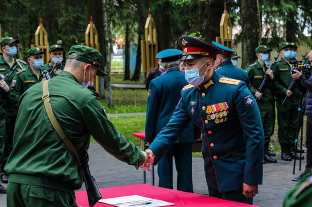В Подмосковье военнослужащие мотострелкового полка Таманской дивизии ЗВО приняли военную присягу