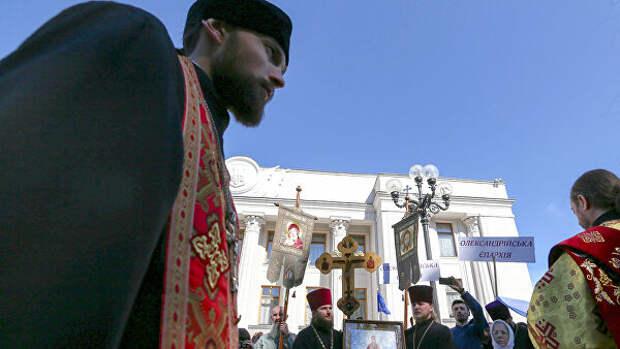 Верующие УПЦ пришли к зданию Рады с призывами остановить дискриминацию