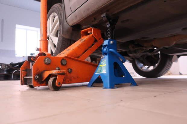 подставлять только под ребро жесткости - чтобы не повредит порог, а также использовать дополнительную проставку, если это необходимо - каждый автомобиль индивидуален в этом плане