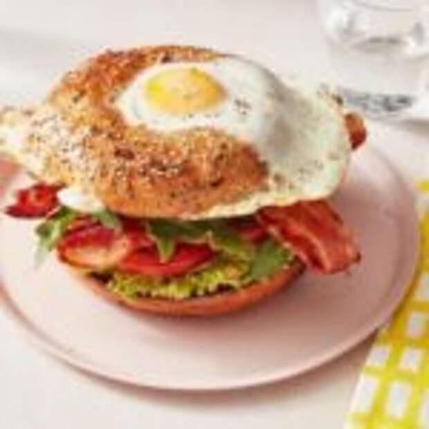 Калифорнийский BLT сэндвич «Яйцо в лунке»
