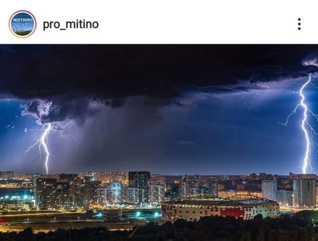 Фото дня: разделенный молниями город